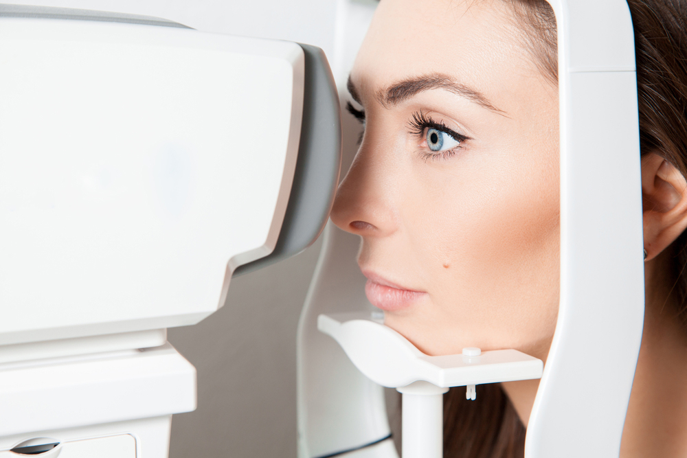 woman suffering from dry eye receiving an eye exam from her optometrist